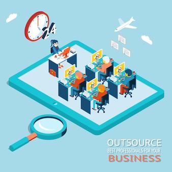 Outsourcing van de beste professionals voor zakelijk advies, counseling. wereldwijde werkmarkt op internet. bureau met mensen die op de computer werken