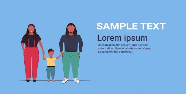 Overgewicht familie hand in hand moeder vader en dochter staan samen over grootte ouders met kind plezier volledige lengte vlak en horizontaal