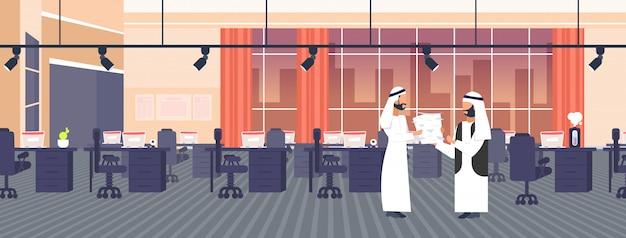 Overwerkte arabische zakenman met papieren documenten stapelen naar arabische baas deadline hard werken proces papierwerk concept creatief co-working center kantoor interieur horizontaal
