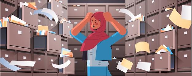 Overwerkte arabische zakenvrouw die documenten zoekt in archiefkast met open laden gegevensarchief opslag bedrijfsadministratie papier werk concept horizontaal portret vectorillustratie