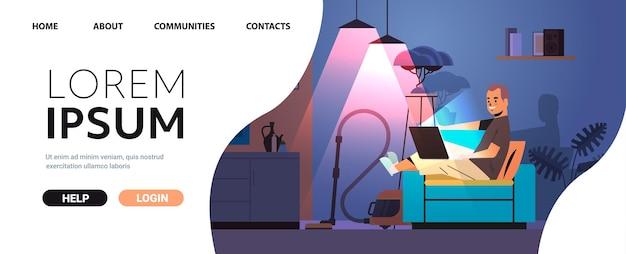 Overwerkte zakenman freelancer kijken naar laptop scherm man aan het werk in donkere nacht thuis kamer horizontale volledige lengte kopie ruimte