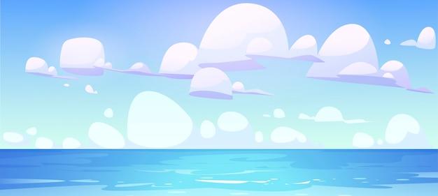 Overzees landschap met kalm wateroppervlak en wolken in blauwe hemel.