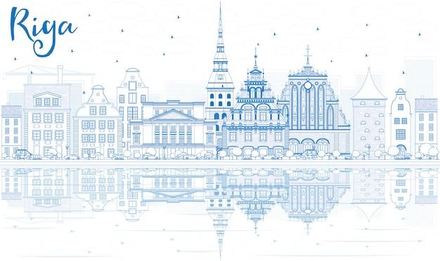 Overzicht riga skyline met blauwe monumenten en reflecties.