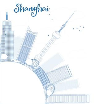 Overzicht shanghai skyline met blauwe wolkenkrabbers.