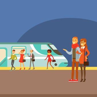 Paar dat op treinaankomst wacht op platform