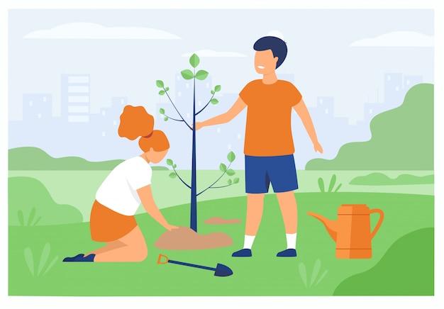 Paar kinderen buiten tuinieren
