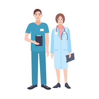 Paar mannelijke en vrouwelijke artsen die schrobt en artsenjas dragen. man en vrouw artsen gekleed in uniform. lachende stripfiguren geïsoleerd op een witte achtergrond. illustratie.