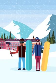 Paar nemen selfie in skiresort hotel