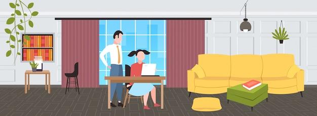 Paar ondernemers met behulp van laptop op werkplek bureau zakenvrouw met mannelijke assistent brainstormen samenwerken teamwork concept modern kantoor interieur horizontale volledige lengte