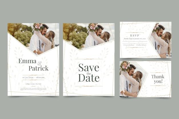 Paar poseren in de natuur voor bruiloft uitnodigingen