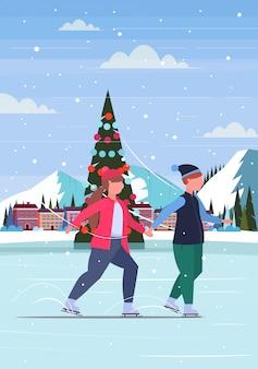 Paar schaatsen op ijsbaan overgewicht man vrouw hand in hand winterpret sportactiviteiten gewichtsverlies concept kerstboom landschap achtergrond volledige lengte verticaal