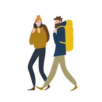 Paar schattige backpackers die samen lopen. vriend en vriendin wandelen of backpacken in de natuur. mannelijke en vrouwelijke toeristen of wandelaars in avontuurlijke reizen. platte cartoon kleurrijke vectorillustratie.