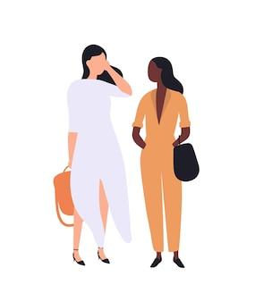 Paar schattige jonge stijlvolle vrouwen staan en praten met elkaar. grappige meisjes in trendy kleding. modieuze mensen of klanten die in de rij wachten. platte cartoon kleurrijke vectorillustratie.