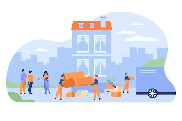 Paar verhuizen uit huis en sleutel geven aan agent