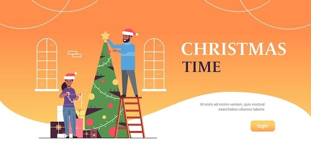 Paar versieren kerst boom vrolijk kerstmis gelukkig nieuwjaar vakantie viering concept afro-amerikaanse man vrouw draagt santa hoeden plat volledige lengte horizontaal kopie ruimte vector illustratie