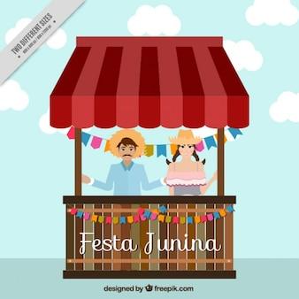 Paar vieren festa junina in een stand achtergrond
