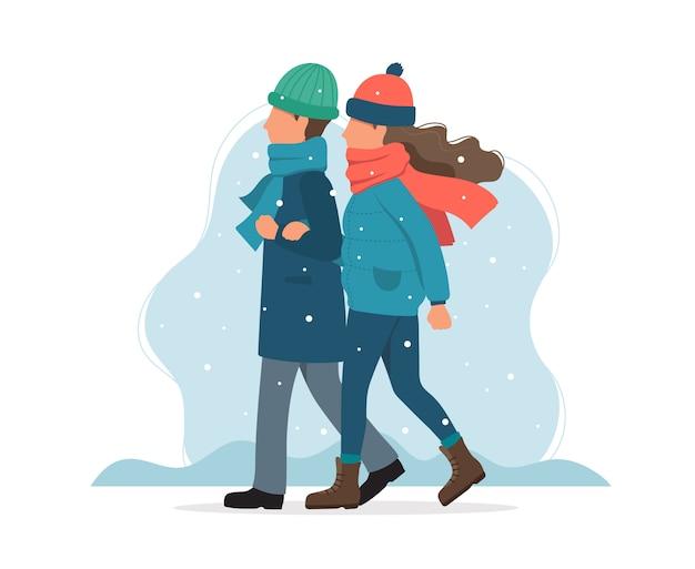 Paar wandelen in de winter.