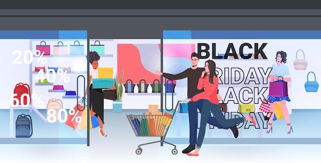 Paar wandelen met aankopen in trolley kar zwarte vrijdag grote verkoop promotie korting concept winkelcentrum interieur volledige lengte horizontale vectorillustratie