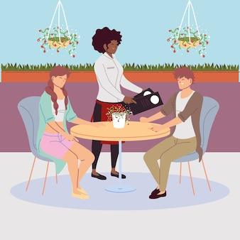 Paar zittend aan de tafel van het restaurant, serveerster een bestelling opnemen