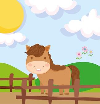 Paard achter de houten boerderijdieren van het omheiningsgebied