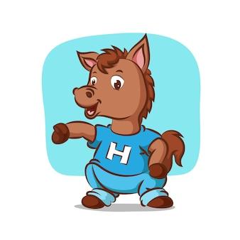 Paard met blauw shirt sport te doen
