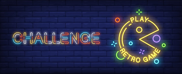 Pac man petro spel neon stijl banner op baksteen achtergrond.