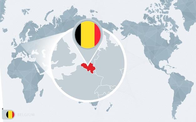 Pacific centered wereldkaart met vergroot belgië. vlag en kaart van belgië.