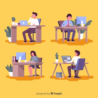 Pak kantoormedewerkers achter hun bureau
