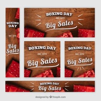 Pak van de banners van de verkoop in dozen doende dag