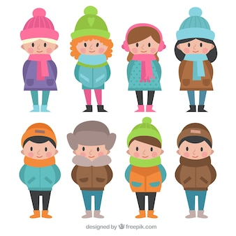 Pak van de kinderen met de winterkleren en kleurrijke hoeden