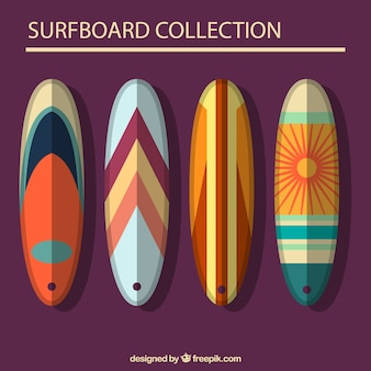 Pakje van vier platte surfboards met abstract ontwerp
