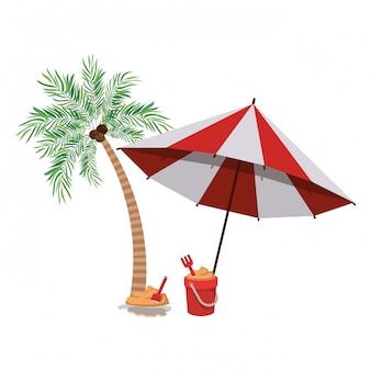 Palmboom met gestreepte strandparaplu