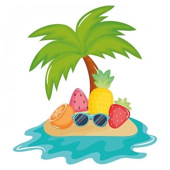 Palmboom strand in eiland met tropisch fruit
