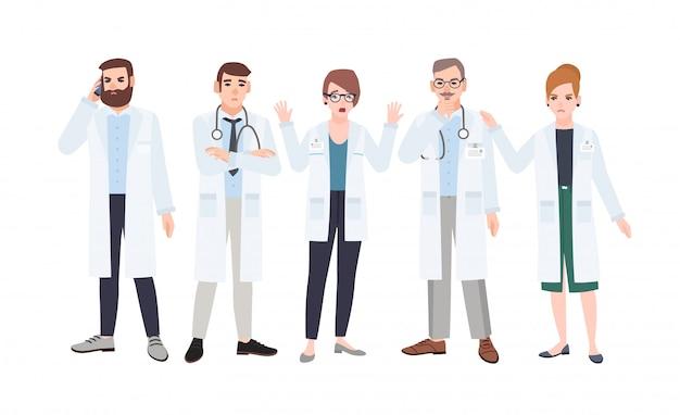 Panel van artsen of artsenraad die kwesties in de gezondheidszorg bespreken. bijeenkomst van medicijnmedewerkers. groep van boos en bang mannelijke en vrouwelijke stripfiguren. kleurrijke platte illustratie.