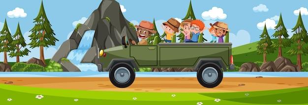 Panoramalandschapsscène met veel toeristische kinderen die met de auto reizen