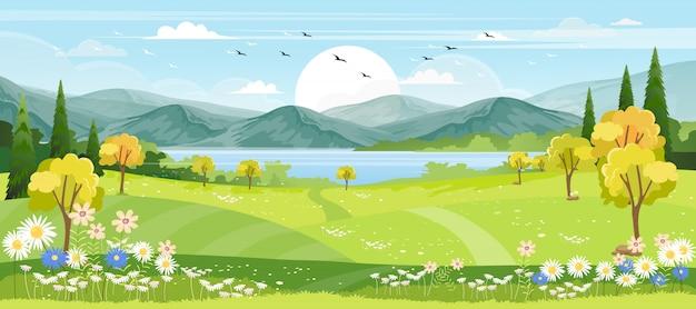 Panoramamening van de lentedorp met groene weide op heuvels met blauwe hemel