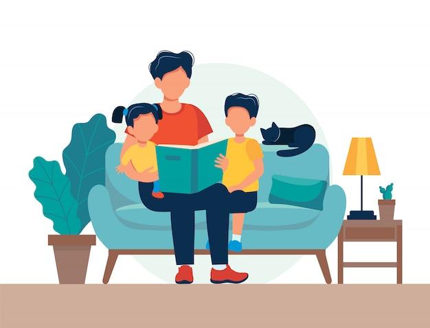 Papa leest voor kinderen. familiezitting op de bank met boek.