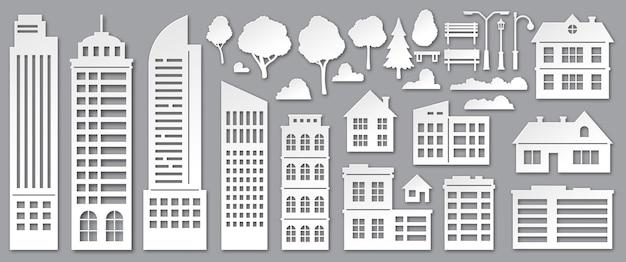 Papier gesneden stadsgebouwen. origami wolkenkrabbers, herenhuizen, dorpshuisjes en parkbomen silhouetten. stedelijke landschapselementen vector set. illustratie stad architectonisch, boom en cloud