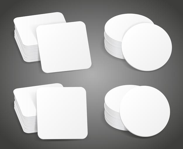 Papieren blanco bierviltjes. stapel witte onderzetters, mockup papieren onderzetter voor mok bier illustratie