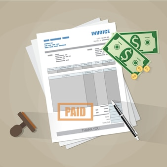 Papieren factuurformulier, betaalde stempel, pen, contant geld