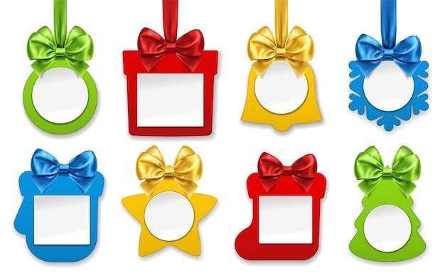 Papieren kerstversieringen. nieuwjaarsversieringen in de vorm van een ster, sok voor cadeaus, cadeau, dennenboom, jingle bell, balspeelgoed, want, sneeuwvlok met smaaklint en strikknopen. wintervakantie en feestelijk