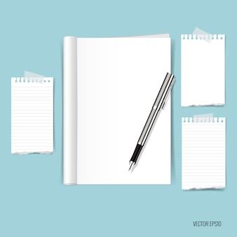 Papieren notities op blauwe achtergrond