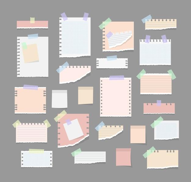 Papieren notities op stickers, notitieblokken en memoboodschappen gescheurde vellen papier. witte en kleurrijke gestreepte notitie, voorbeeldenboek, notitieboekjeblad. kantoor- en schoolbenodigdheden, memostickers.