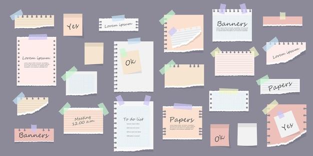 Papieren plaknotities memoberichten blocnotes en stukjes gescheurde vellen papier herinneringskaart