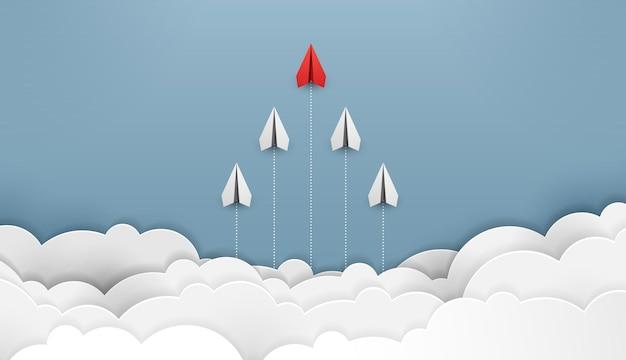 Papieren vliegtuig is competitie naar bestemming tot aan de wolken en de lucht ga naar het financiële succesdoel