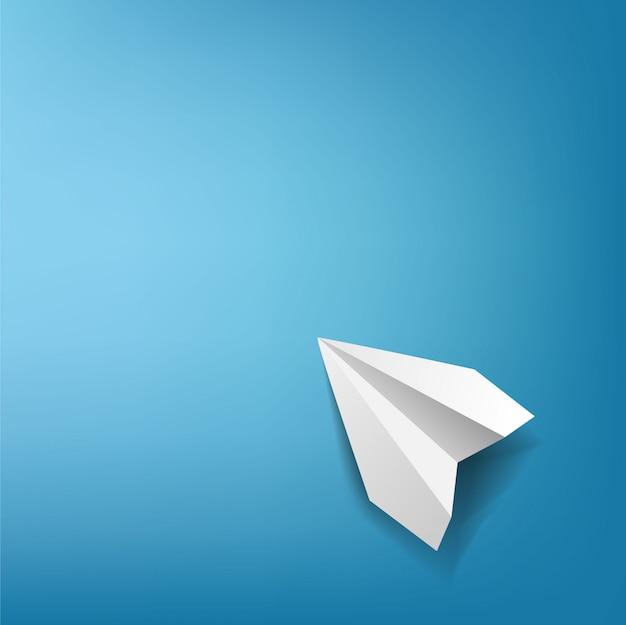 Papieren vliegtuig met blauwe achtergrond