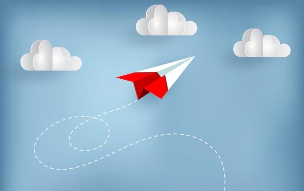 Papieren vliegtuig vliegt naar de hemel tijdens het vliegen boven een wolk.