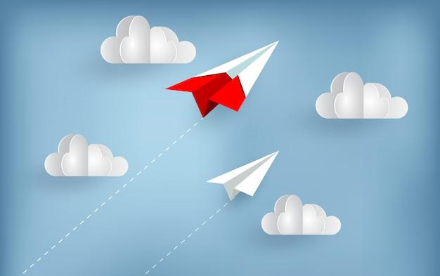 Papieren vliegtuig vliegt naar de hemel tijdens het vliegen boven een wolk