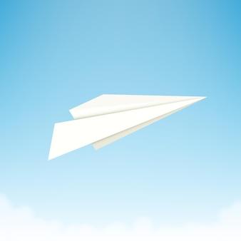 Papieren vliegtuigje tegen hemel met wolken.