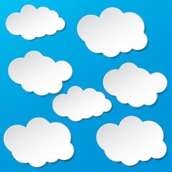 Papierwolken op blauwe hemel